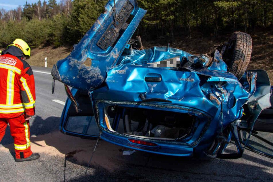 Autos rasen auf A73 ineinander: Wagen bleibt völlig zerstört auf Dach liegen