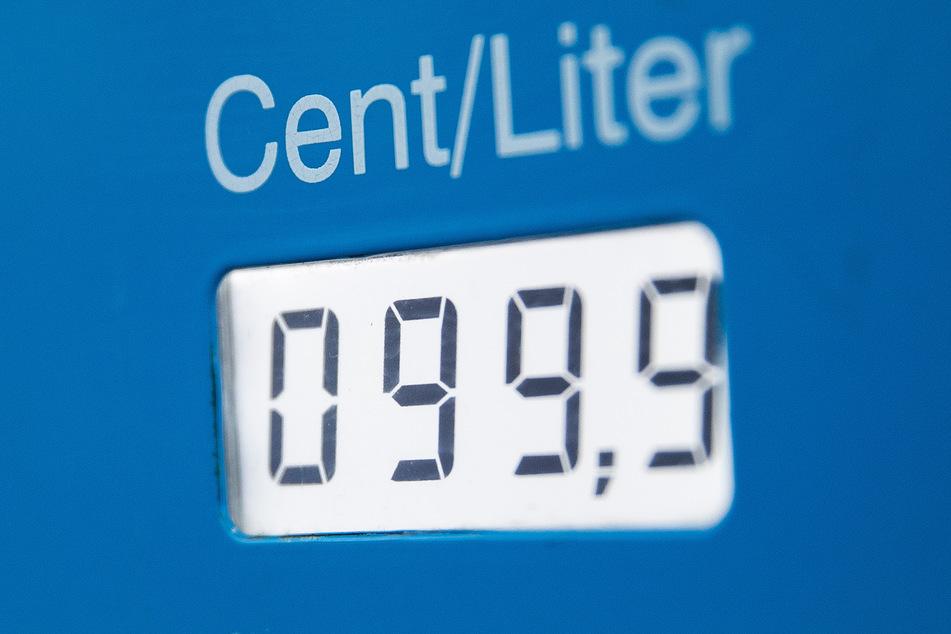 Ein Dieselpreis von unter 1 Euro ist auf dem Display der Zapfsäule an einer Tankstelle zu sehen.