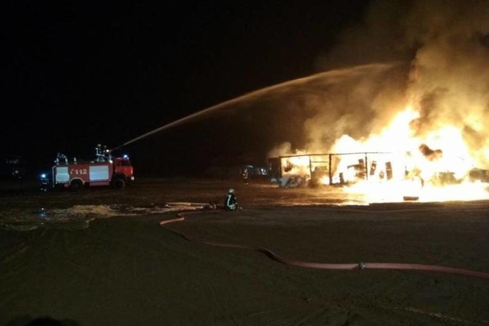 Die Feuerwehr kämpfte die ganze Nacht darum, die Flammen unter Kontrolle zu bringen.
