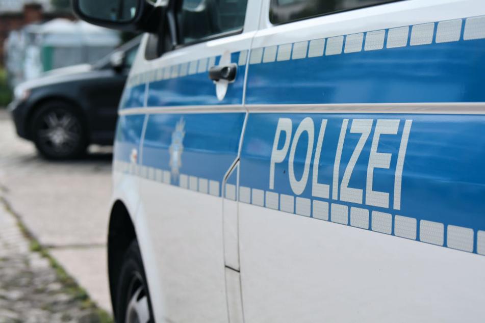 Die sieben Fahrzeuginsassen des Polizeibusses wurden leicht verletzt (Symbolbild).