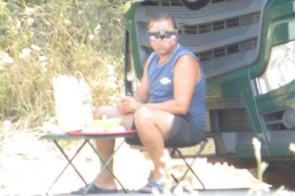 Seelenruhig machte der Trucker ein Picknick mitten auf der Autobahn.