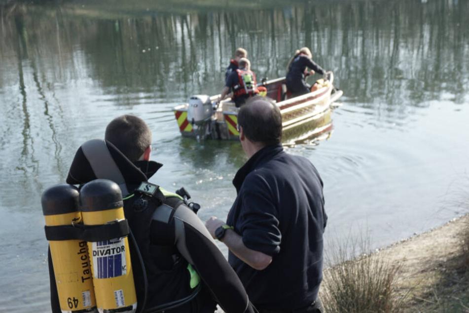 Den ganzen Tag suchte die Feuerwehr den See ab.