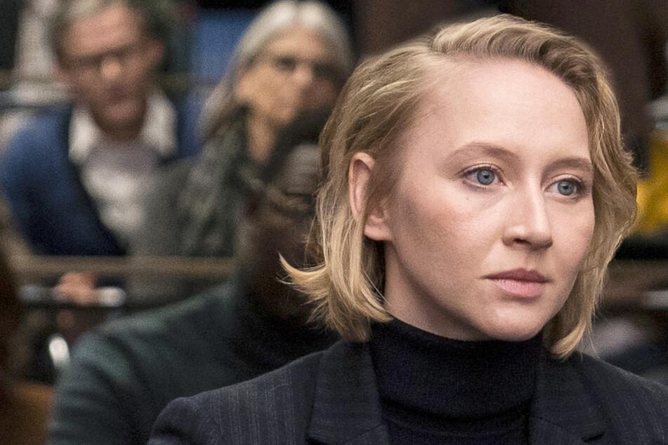 Anna-Maria Mühe (35), die Tochter der Schauspieler Jenny Gröllmann († 2006) und Ulrich Mühe († 2007), als Augenärztin Brandt.