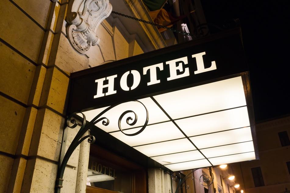 Ein Paar ist von einem unbekannten Mann im Hotelzimmer mit einer Schreckschusswaffe bedroht worden. (Symbolbild)