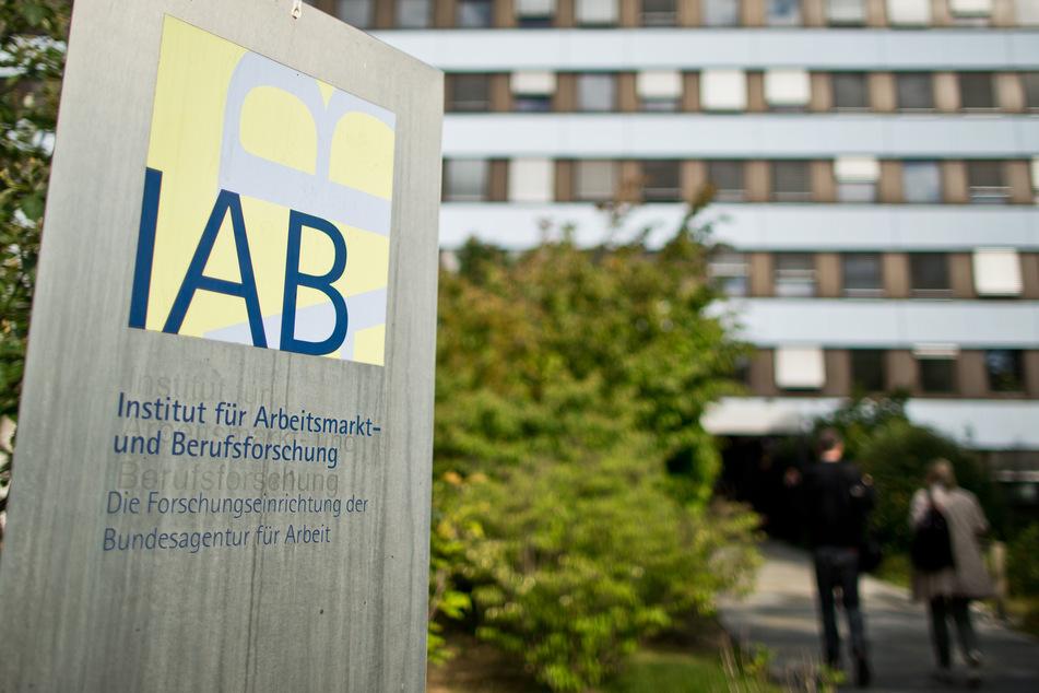 """""""IAB - Institut für Arbeitsmarkt- und Berufsforschung"""", ist auf einem Schild vor dem Gebäude der Behörde zu lesen."""
