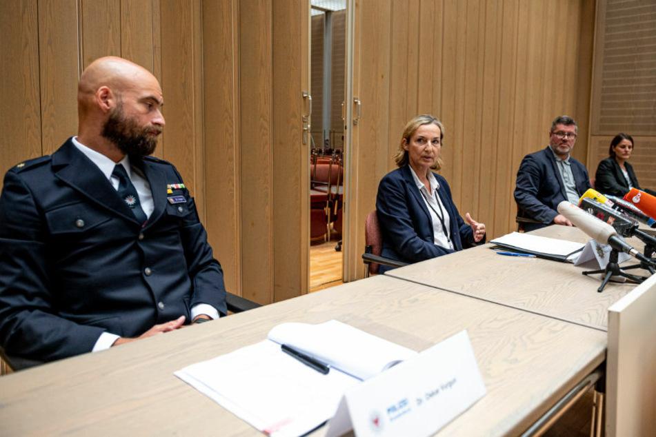 Oskar Vurgun (v.l.n.r.), Polizei Brandenburg, Norma Schürman, Landeskriminalamt (LKA) Berlin, Georg Bauer, Oberstaatsanwalt, und Katrin Frauenkron, Staatsanwältin, nehmen an einer Pressekonferenz in der Berliner Staatsanwaltschaft zu der Festnahme des mutmaßlichen Serienvergewaltigers teil. Gegen den 30-Jährigen wurde nun Anklage erhoben.