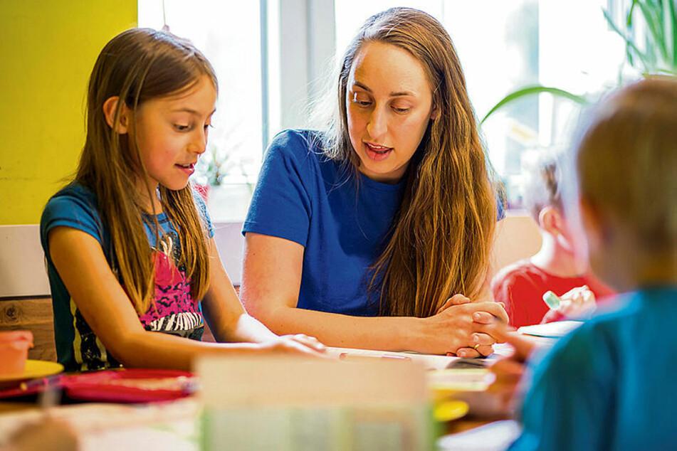 """""""An einer Aufgabe haben wir mal eine Stunde lang gesessen, bis Google die Lösung wusste"""": Die studierte Mathematikerin übt mit Lily (8)."""