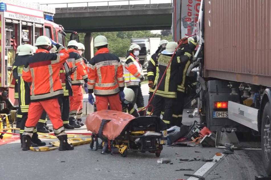 Führerhaus zusammengeschoben: Lkw-Fahrer stirbt bei Auffahrunfall auf A1
