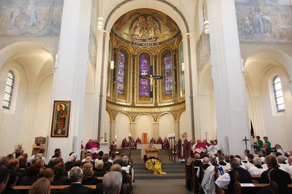 Ein katholischer Priester aus Mecklenburg-Vorpommern ist nach Angaben seiner Kirchengemeinde positiv auf das Covid-19-Virus getestet worden. (Symbolbild)