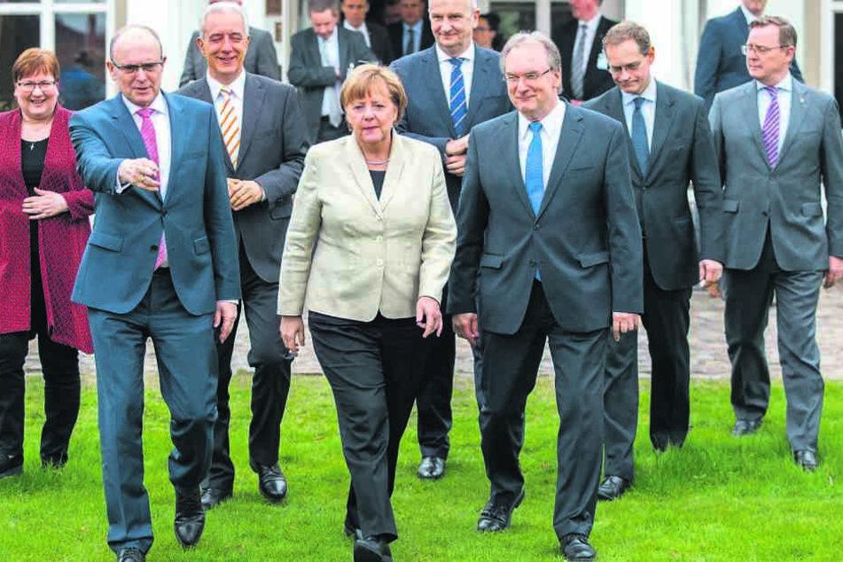 Bundeskanzlerin Angela Merkel (62, CDU) im Kreise der  Ost-Ministerpräsidenten.