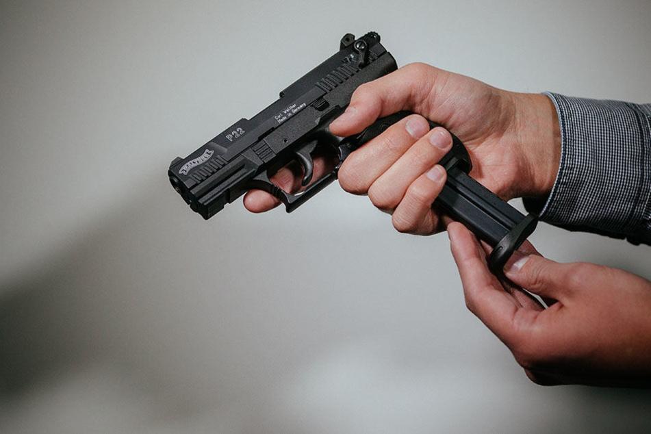 Der Mann feuerte wahllos mit einer Schreckschusspistole um sich. Bei ihm zu Hause fand die Polizei Patronen. (Symbolbild)