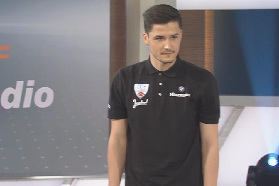 """Auch das """"Jürmker""""-Vereinsshirt vom Heimatclub TuS Jöllenbeck durfte bei David Helbig nicht fehlen."""