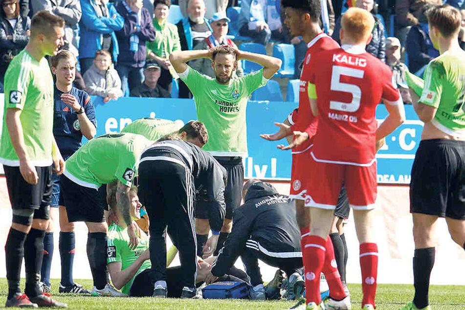 Am 2. April im Heimspiel gegen Mainz verletzte sich Tom Scheffel zum zweiten Mal innerhalb eines Jahres am Kreuzband. Teamkollege Marc Endres schlägt die Hände über dem Kopf zusammen.