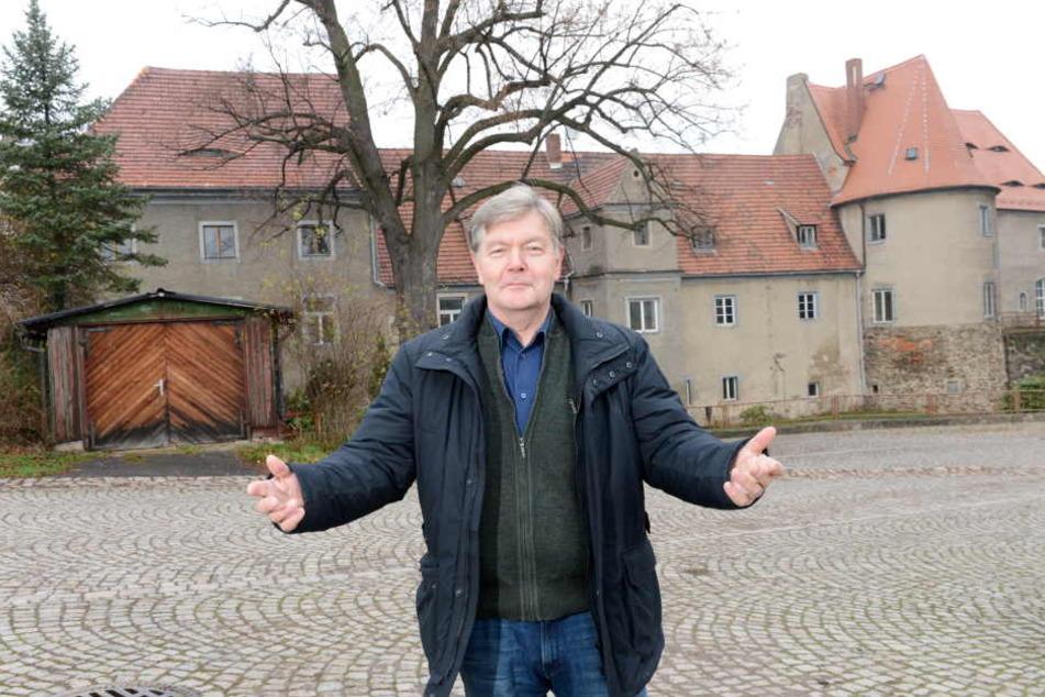 Soll öffentlich zugänglich bleiben: Klipphausens Bürgermeister Gerold Mann  (62, parteilos) vorm Schloss Rothschönberg bei Meißen.