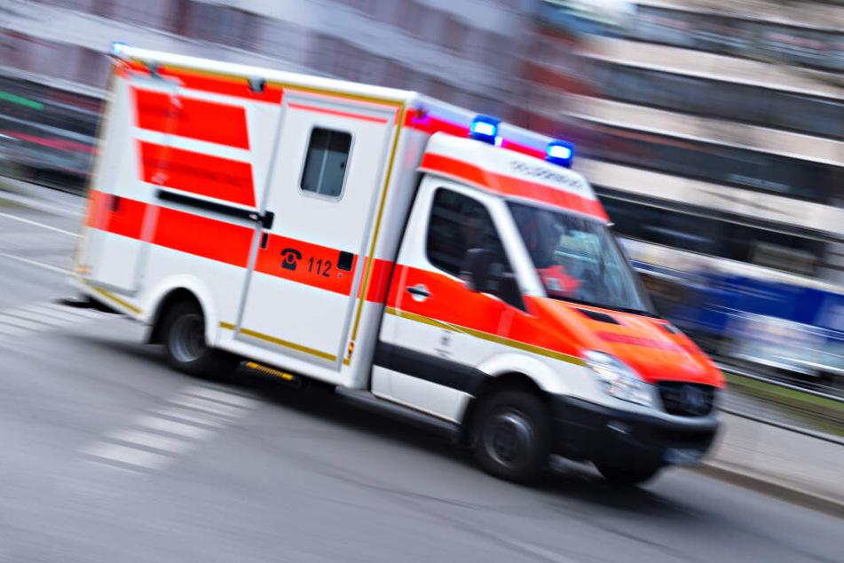 Ein Rettungswagen fährt mit Blaulicht. (Symbolfoto)