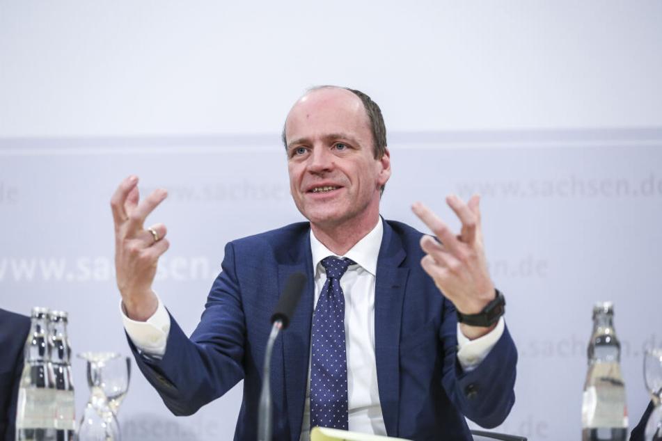 Hat sich die Extra-Millionen bereits gekrallt: Finanzminister Matthias Haß (51, CDU).