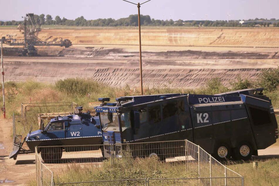 Am Tagebau Garzweiler steht die Polizei in Bereitschaft.