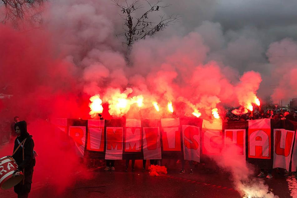 Pyrotechnik pur! Die Crimmitschauer Fans waren bei ihrem Fußmarsch ins Deggendorfer Stadion nicht zu übersehen und auch nicht zu überhören.