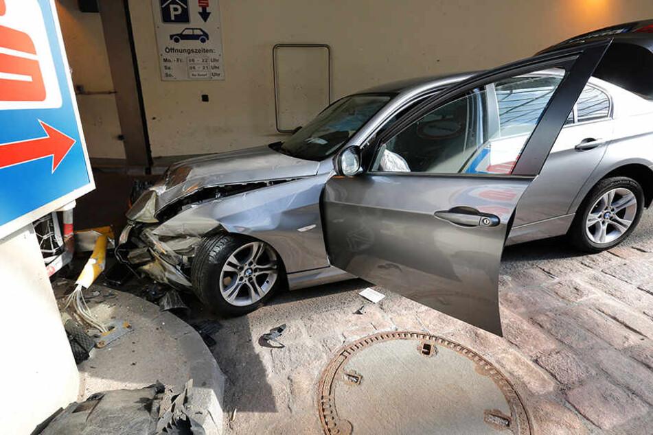 Die Front des BMW wurde bei dem Unfall komplett demoliert.