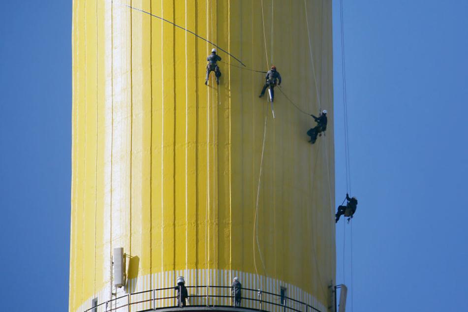 Höhenkletterer bei der Überprüfung der LED-Leuchten am Schornstein.