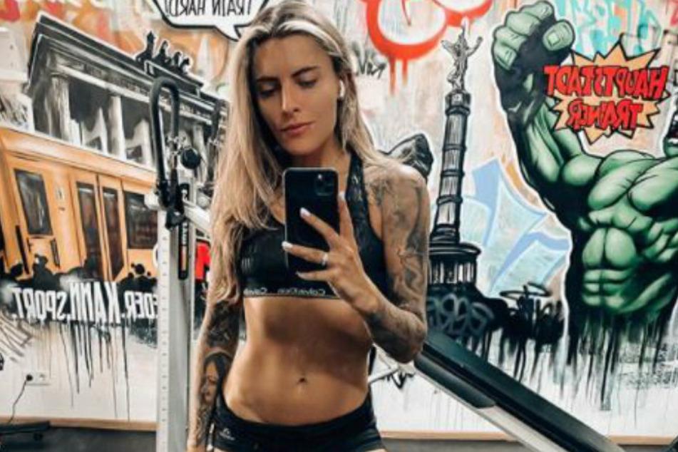 Sophia Thomalla (30) macht im Fitnessstudio ein Spiegel-Selfie.