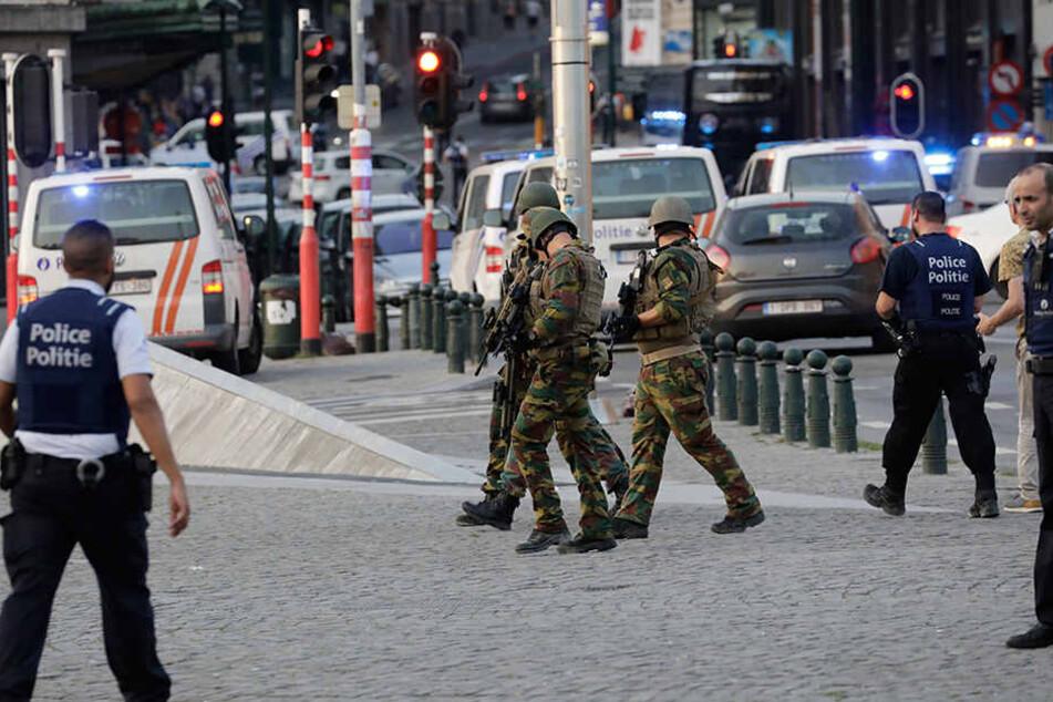 """Im Brüsseler Bahnhof Central ist ein Mann nach Angaben der Staatsanwaltschaft nach einer kleineren Explosion von Soldaten """"neutralisiert"""" worden."""