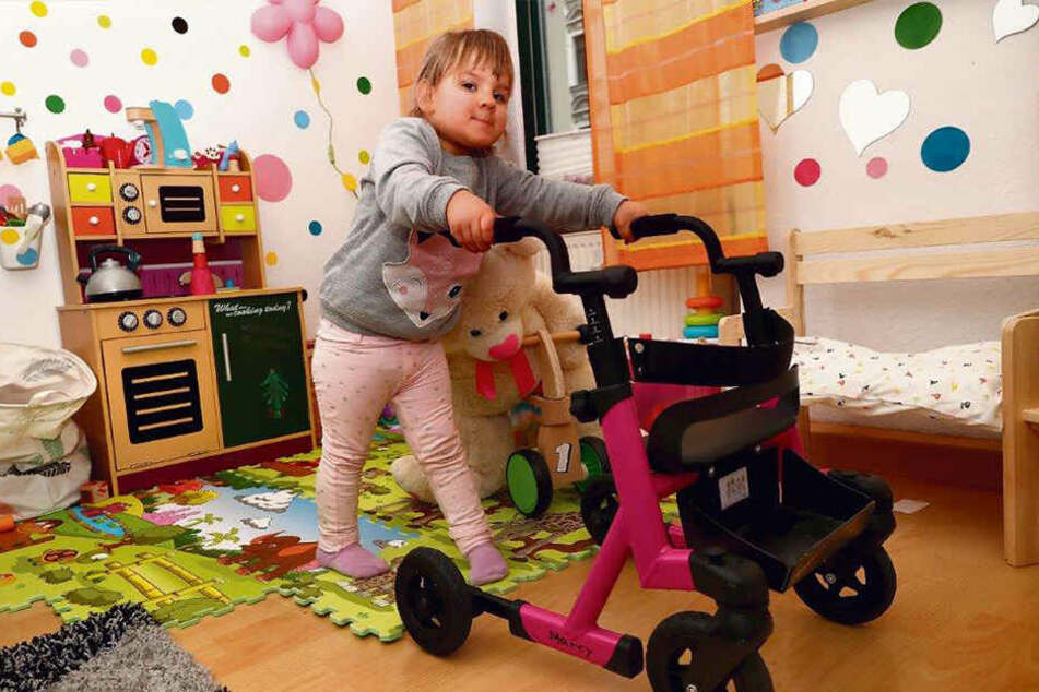 Muss mit einem Mini-Rollator laufen: Die kleine Milanka-Nicole (3) gilt zu 90 Prozent als schwerbehindert.