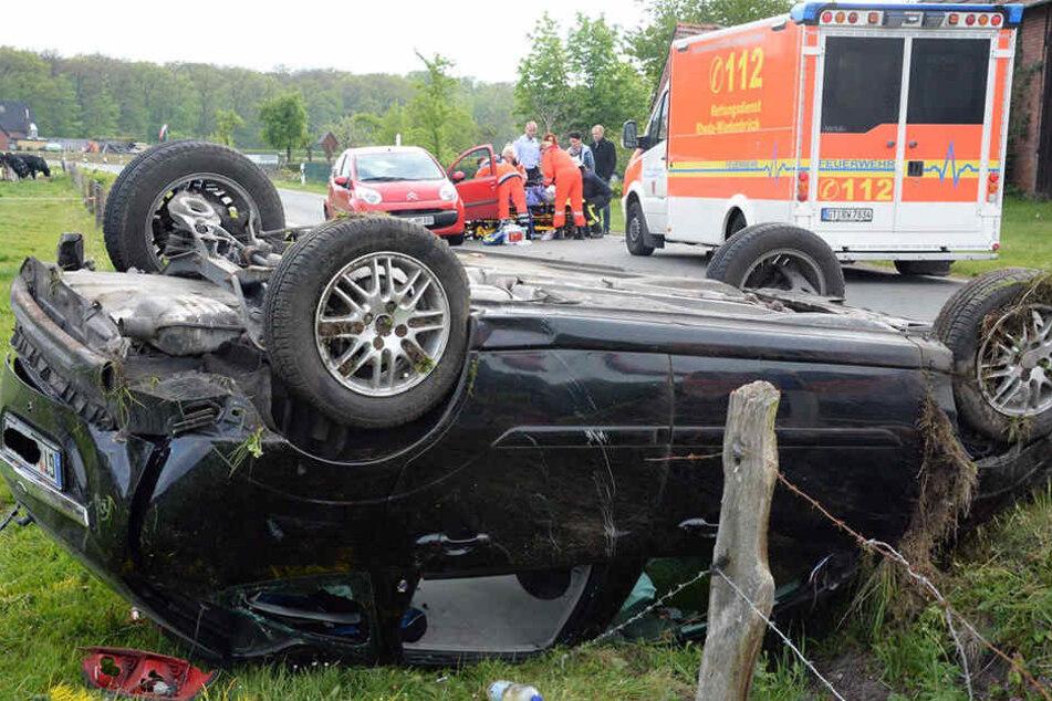 Das Auto überschlug sich. Eine 16-Jährige wurde bei dem Unfall aus dem Auto geschleudert.