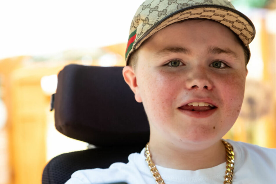 Carl Josef sitzt wegen einer Muskelkrankheit im Rollstuhl. Die Krankheit ist unheilbar.