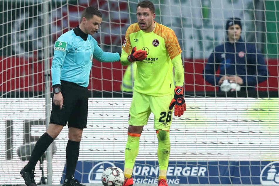 Spielte nachdem er kurz bewusstlos war einfach weiter: Nürnbergs Keeper Mathenia in der Partie gegen den SV Werder Bremen.