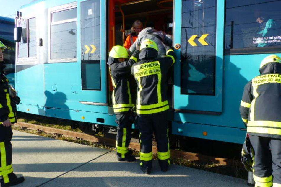 Feuerwehrleute befreien Fahrgäste aus einem Zug.