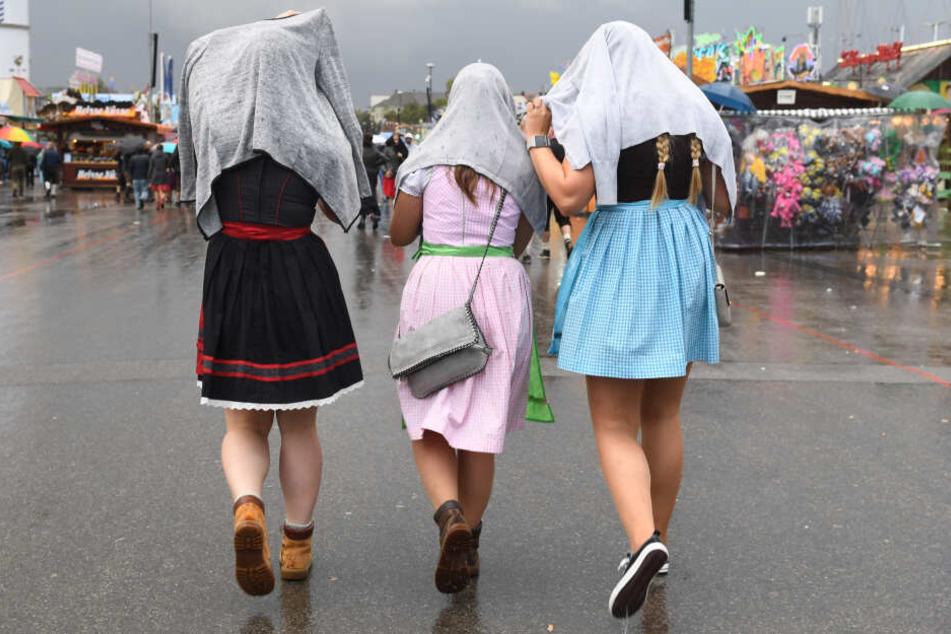 Besoffener wird aus Oktoberfest-Zelt geschmissen und pinkelt Dresdnerin (18) ans Bein