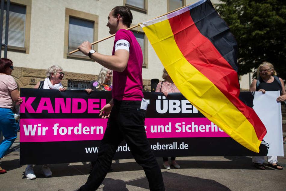 """Die """"Junge Alternative Stuttgart"""" demonstrierte gegen einen Moschee-Neubau in Stuttgart-Feuerbach."""