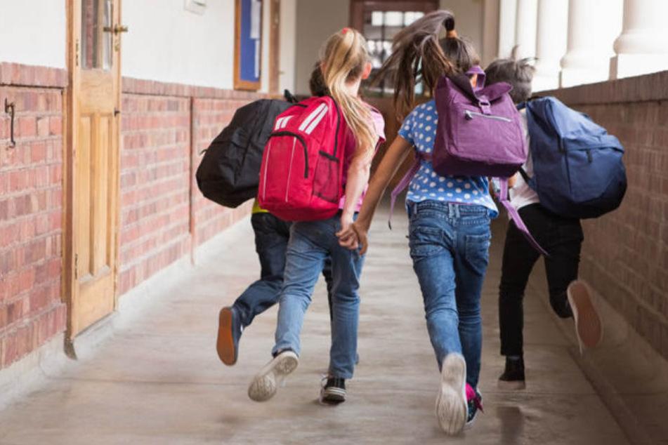 Eine Schule in Sinsheim wurde evakuiert, nachdem reizende Dämpfe der Toilettenanlage entwichen sind. (Symbolbild)