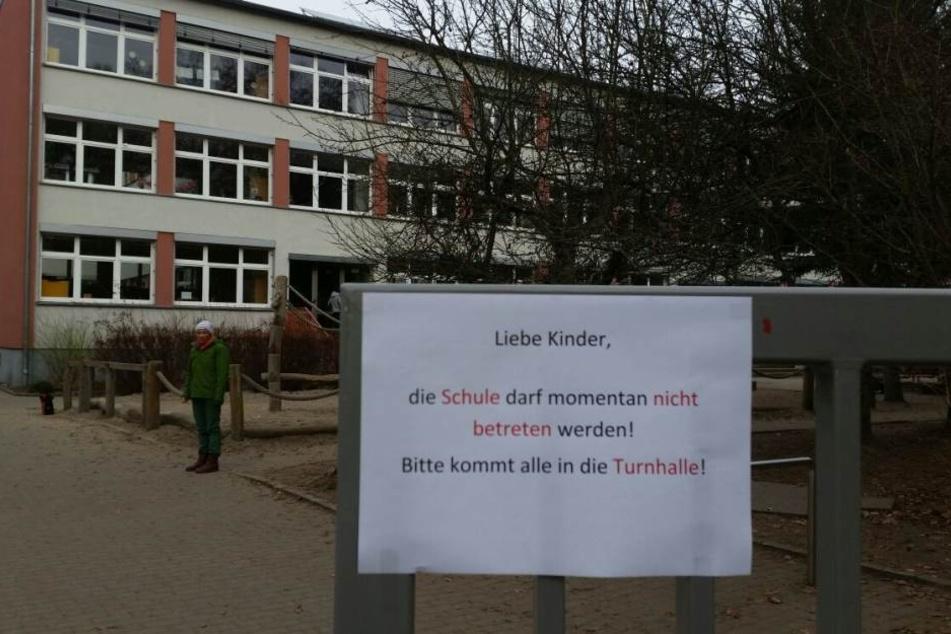 """Sprengstoff-Alarm in der Grundschule """"Jürgen Reichen"""" in Dresden am Mittwoch."""