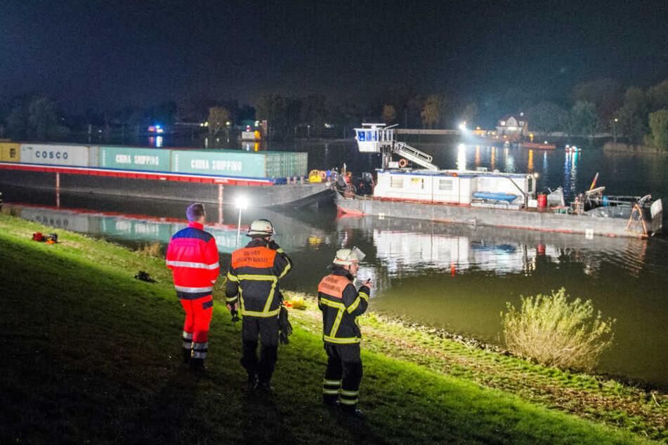 Feuerwehrleute suchten nach der Kollision des Schubverbands mit dem Sportboot nach einem Vermissten.