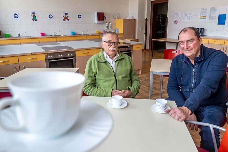 """Michael Härig (62, l.) vom Verein """"Menschen mit Zukunft"""" und Frank Bettermann (57), Geschäftsführer der Schule, eröffnen ein Café für Alleinerziehende."""