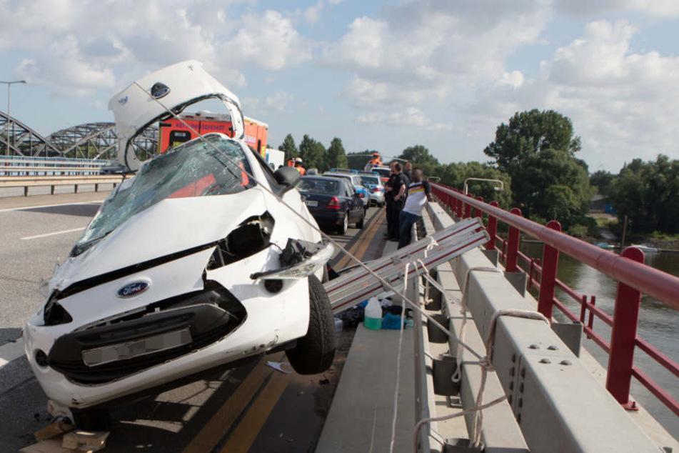 Glück im Unglück: Das Auto verkantete sich kurz vorm Abgrund.
