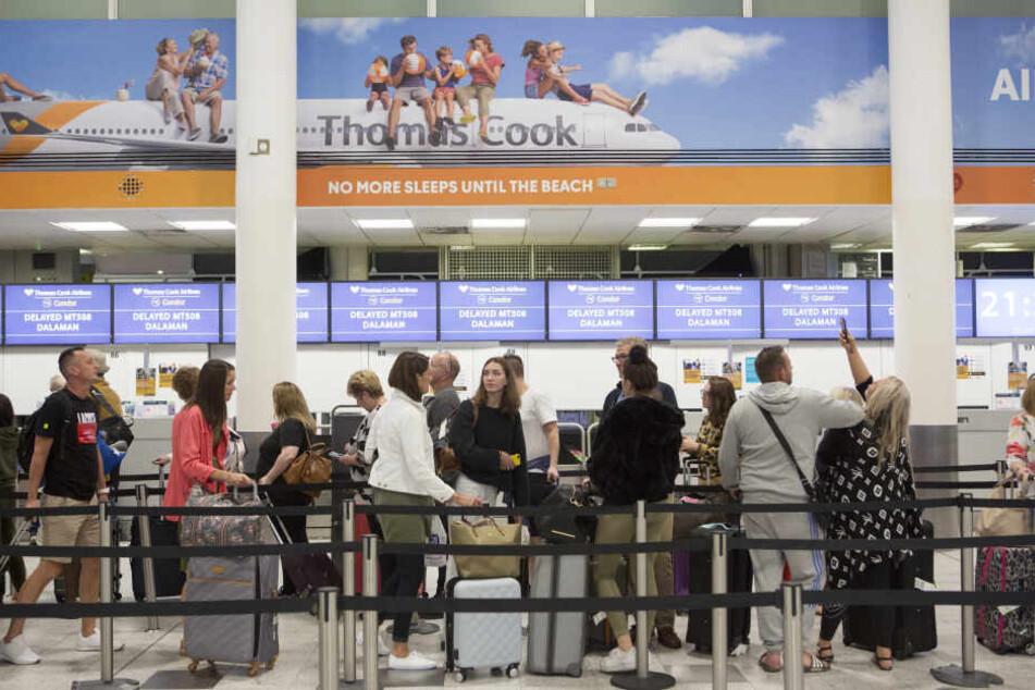 Check-In-Schalter des britischen Reisekonzerns Thomas Cook im Südterminal des Flughafens Gatwick in London.