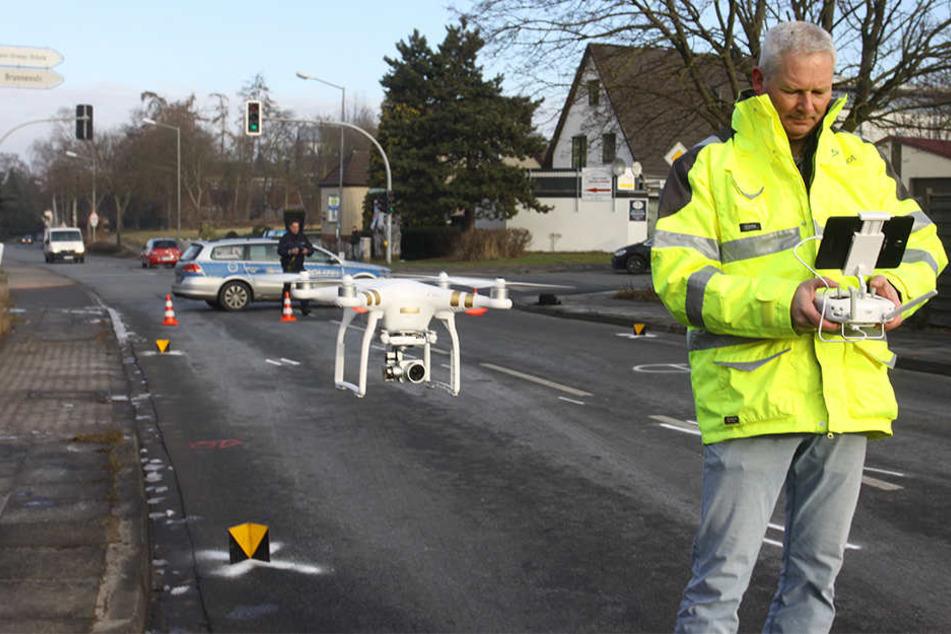 Uwe Hagemann steuerte am Donnerstag die Drohne über die Unfallstelle.