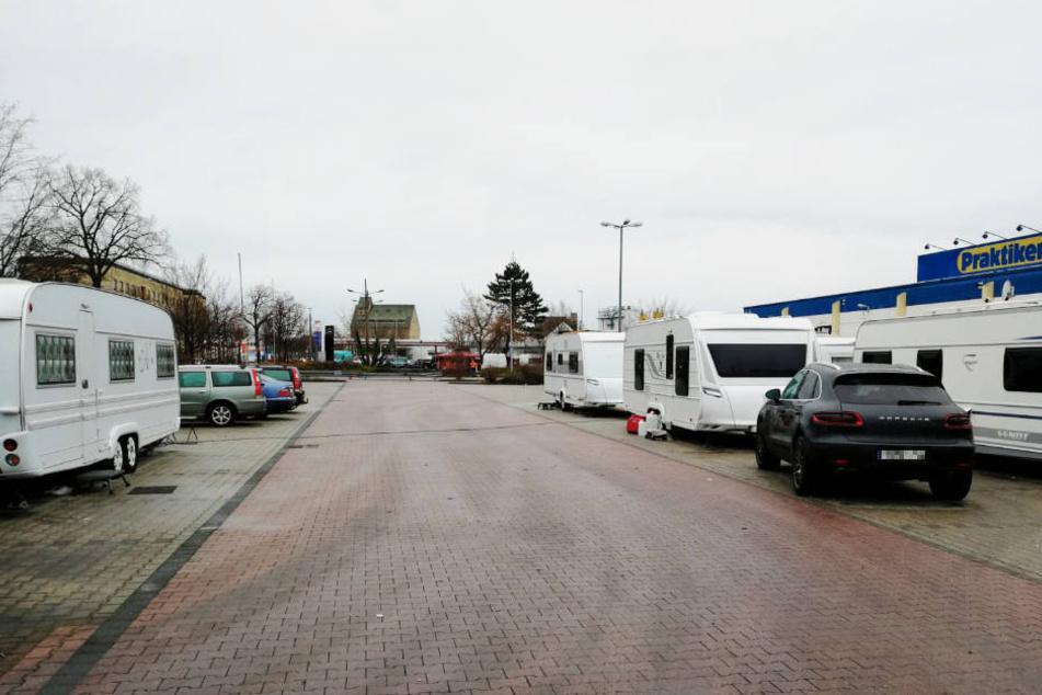 Laut eigenen Aussagen warten die Camper auf die Entlassung eines erkrankten Familienmitglieds, das sich zur Behandlung in einer Leipziger Klinik befinden soll.