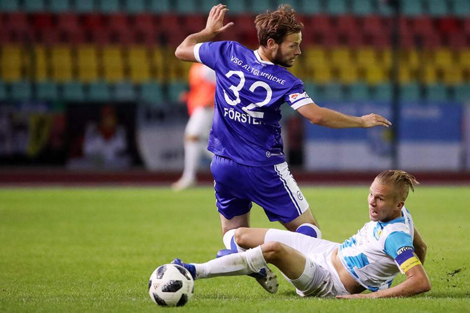 Szene vom Hinspiel: Dennis Grote (am Boden) stoppt Altglienickes Benjamin Förster, dessen Einsatz heute allerdings fraglich ist.