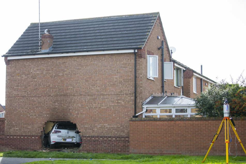 Ein Auto ist in York (Großbritannien) in ein Haus gefahren und hat dabei eine Außenmauer durchbrochen.