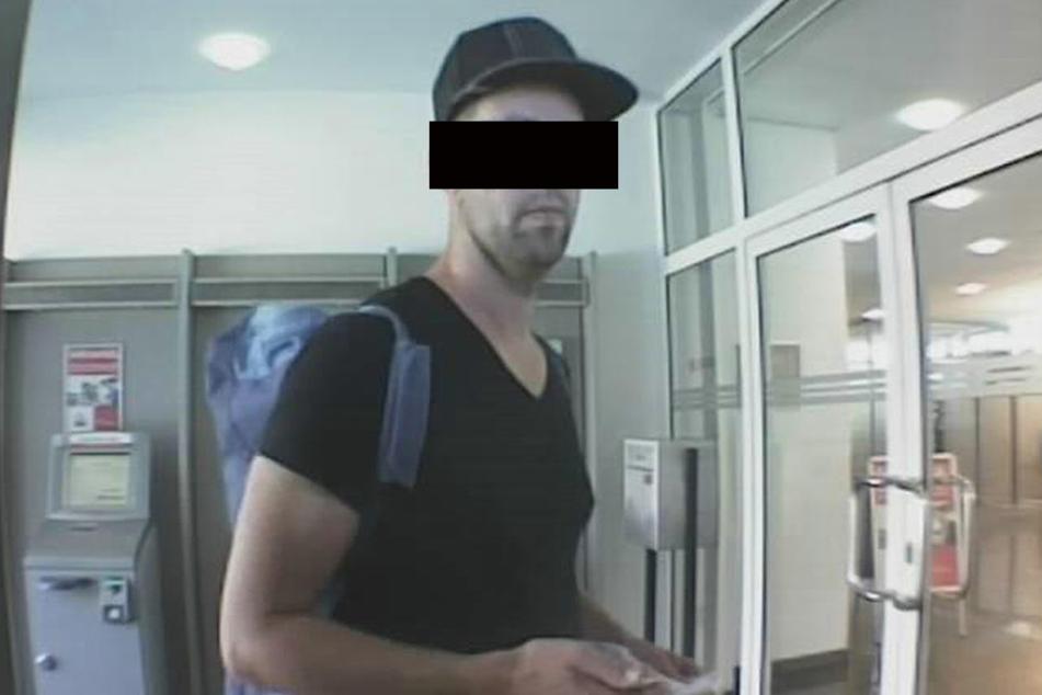 """Da war er noch guter Hoffnung: Bankräuber Sven N. (34) bei der """"Arbeit"""", aufgenommen von der Überwachungskamera."""
