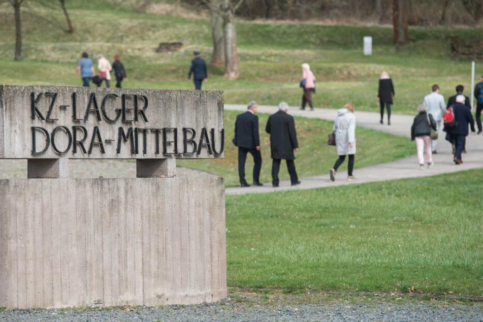Besucher gehen auf einem Weg auf dem Gelände des ehemaligen NS-Konzentrationslagers Mittelbau-Dora