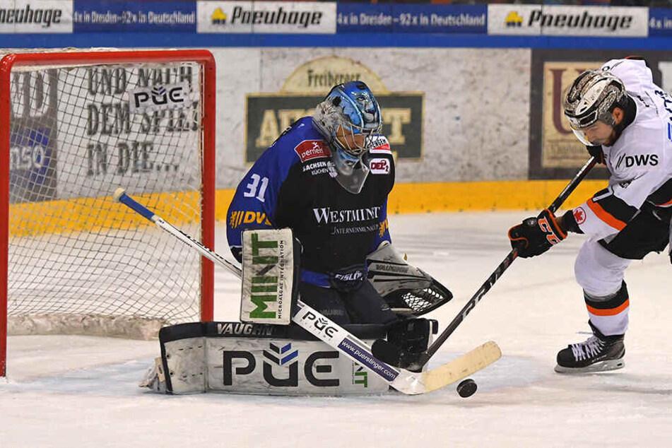 Hier kann Eislöwen-Goalie Marco Eisenhut zwar einen Treffer von Mathieu Tousignant verhindern, aber dann kassierte er in der Verlängerung das 3:4.