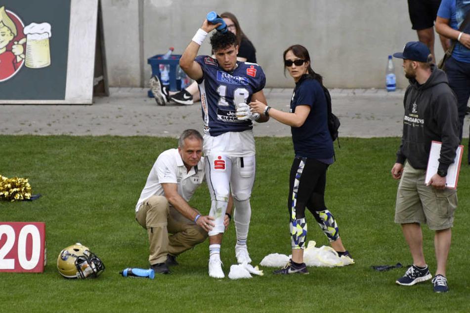 Quarterback Garret Safran war zwischenzeitlich von Krämpfen geplagt und musste von Dr. Klein und Physiotherapeutin Stephanie Hahnel behandelt werden.