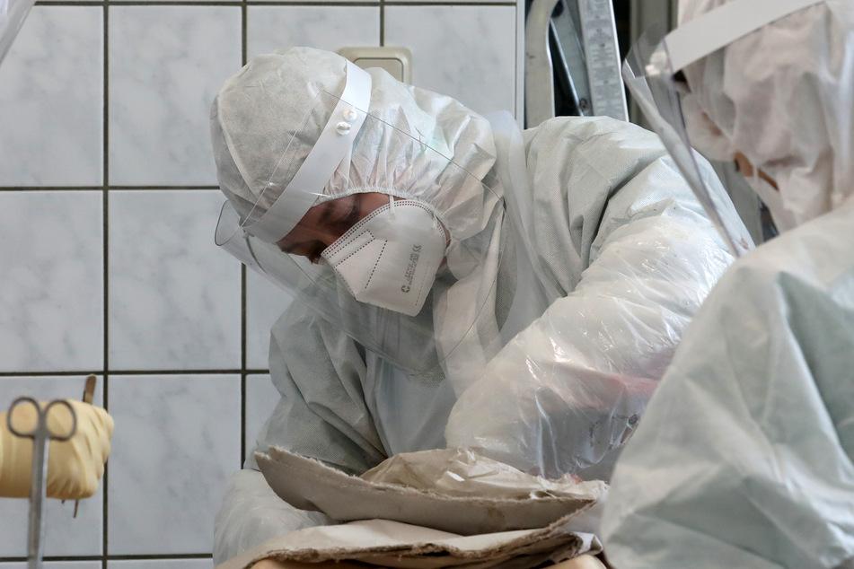 Bei einer Autopsie soll in Luxemburg die Leiche einer 74-Jährigen untersucht werden, die womöglich infolge einer eine AstraZeneca-Impfung ums Leben kam.