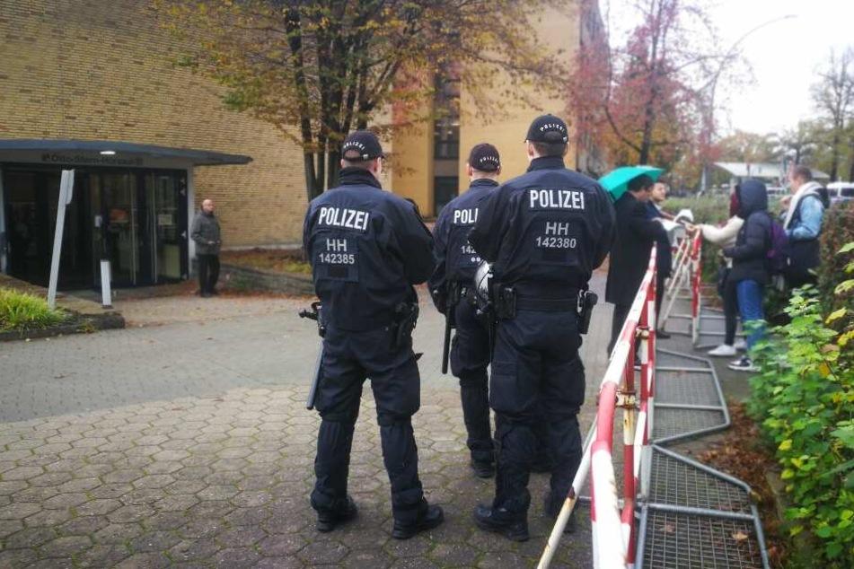 Polizisten bewachen während der Vorlesung von AfD-Mitgründer Bernd Lucke einen Hörsaal der Uni Hamburg.