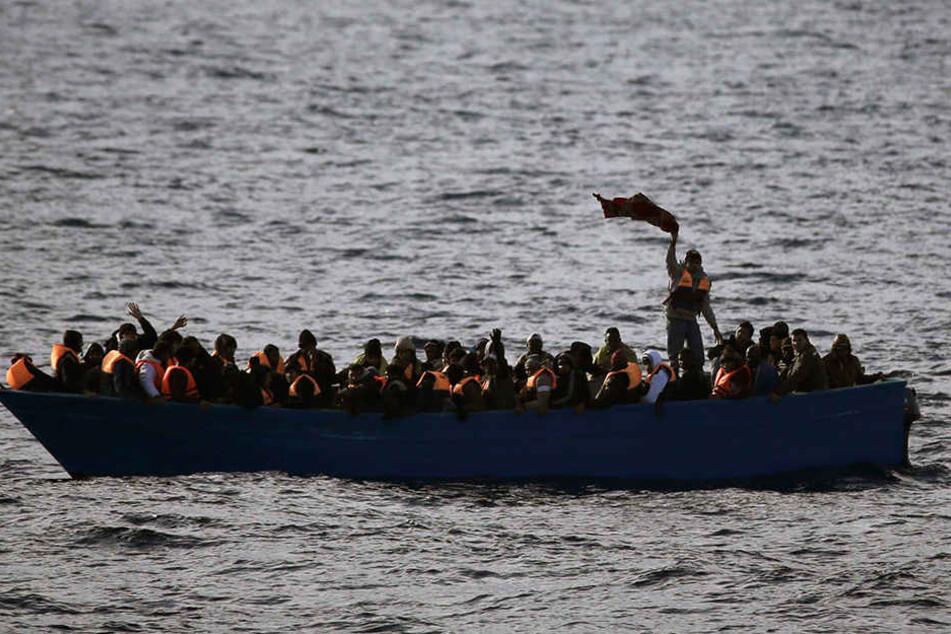 In alten Booten kommen die Flüchtlinge übers Meer und hoffen auf das Paradies in Deutschland.